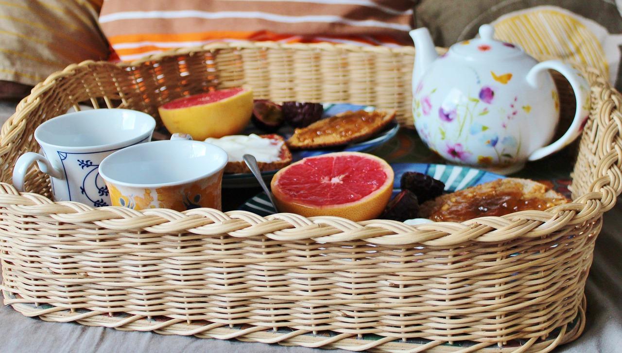 Desayuno en la cama para dos con fruta y tostadas