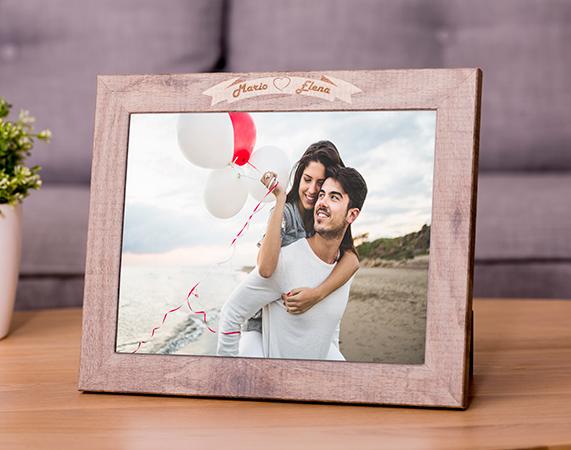 Portafotos grabado con los nombres de la pareja